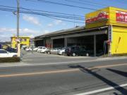小山駅西口から南へ約10分。国道旧4号(小山市役所前の4号線)に面した黄色の外観が目印です