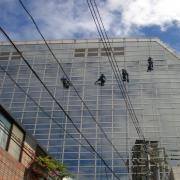高所作業は当社の独壇場! ビル・マンションなど高所窓ガラス清掃・外壁洗浄はお任せ!